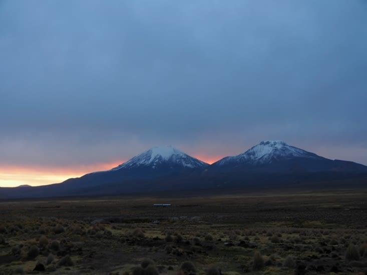Le soleil se couche sur les monts enneigés du parc Sajama