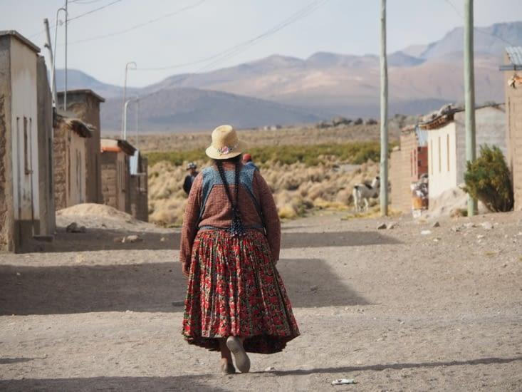 Une cholitas  dans les rues de Sajama