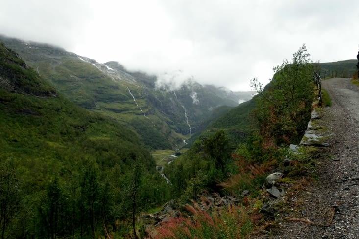 La vallée est très belle, malgré la pluie.