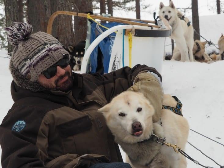 Francou caresse son chien