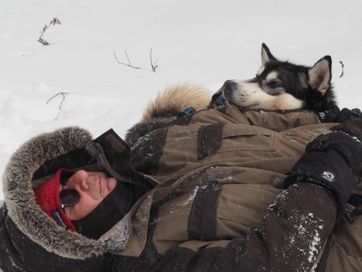 Patrick se repose avec son chien après cette aventure