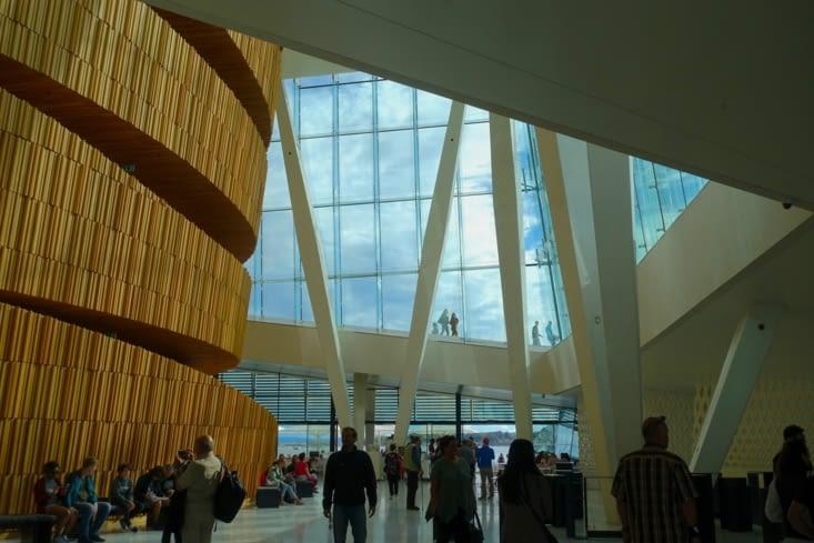 Dans le hall de l'opéra d'Oslo