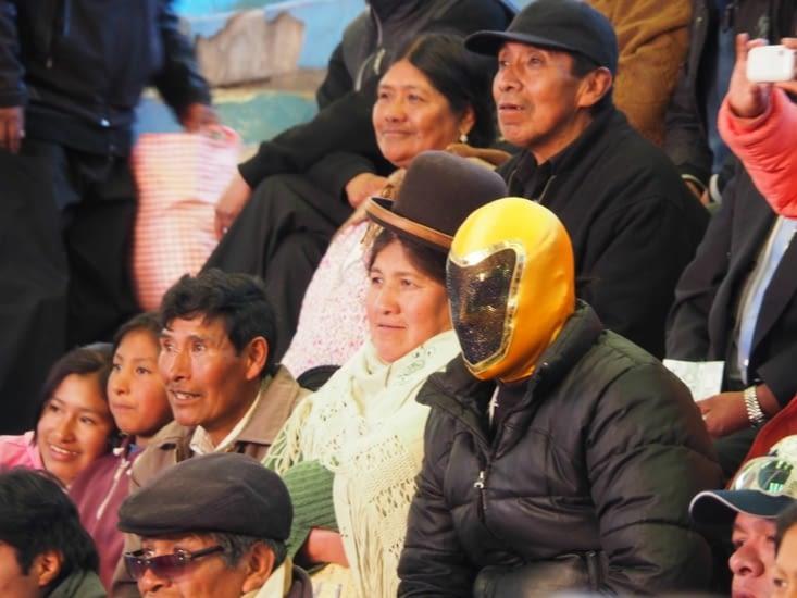 Le public est présent pour voir les combats de Cholitas