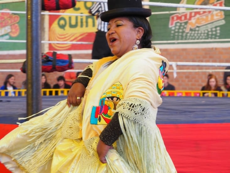 Une cholita fait son entrée sur le ring