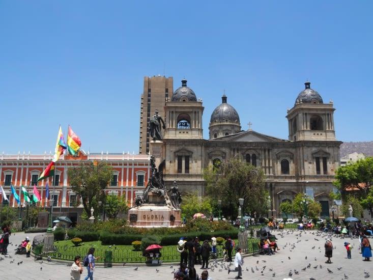 La cathédrale présente sur la place Murillo