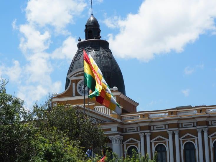 Le drapeau bolivien flotte sur la place Murillo