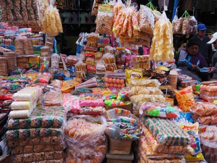 Un stand coloré d'un marché de la Paz