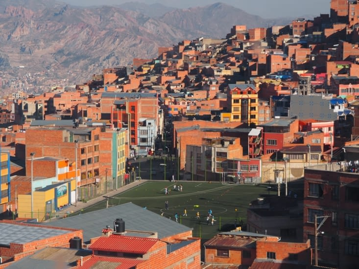 Un terrain de foot urbain en plein milieu de la Paz