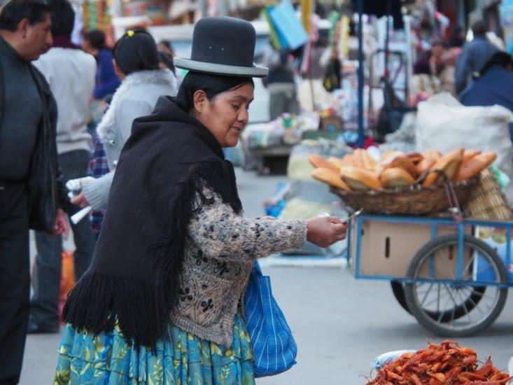 Une cholita dans le marché de la Paz