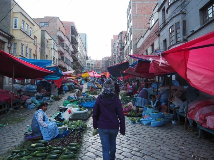 Yoyo se promène dans un marché de la Paz
