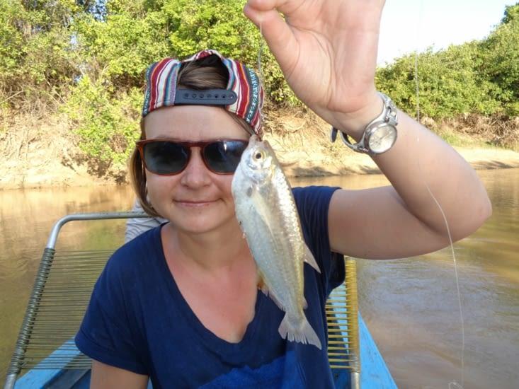Yoyo pose avec une sardine d'eau douce