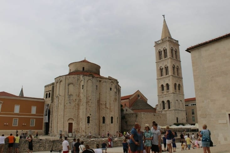Église Saint Donat à gauche et le clocher à droite