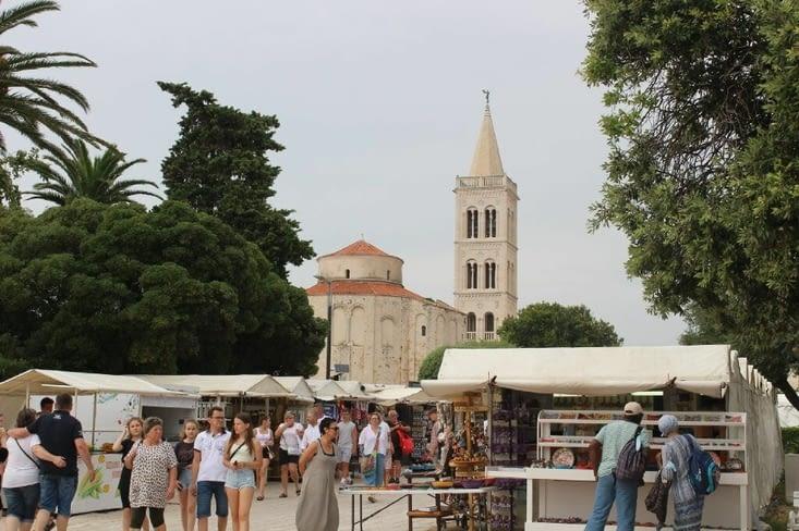 Vue sur l'église Saint Donat et sur le clocher depuis les quais
