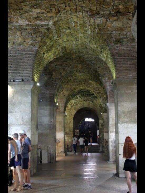 Entrée dans le palais de Dioclétien par une partie des souterrains