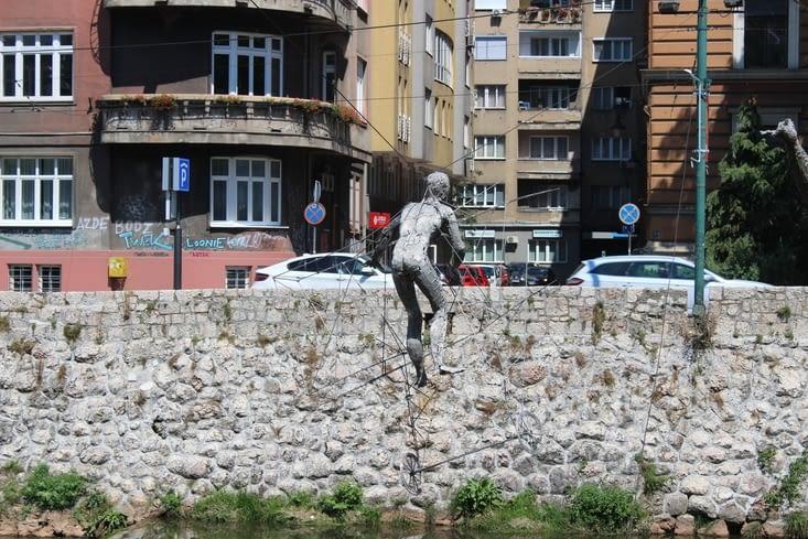 Sculptures au dessus de la rivière