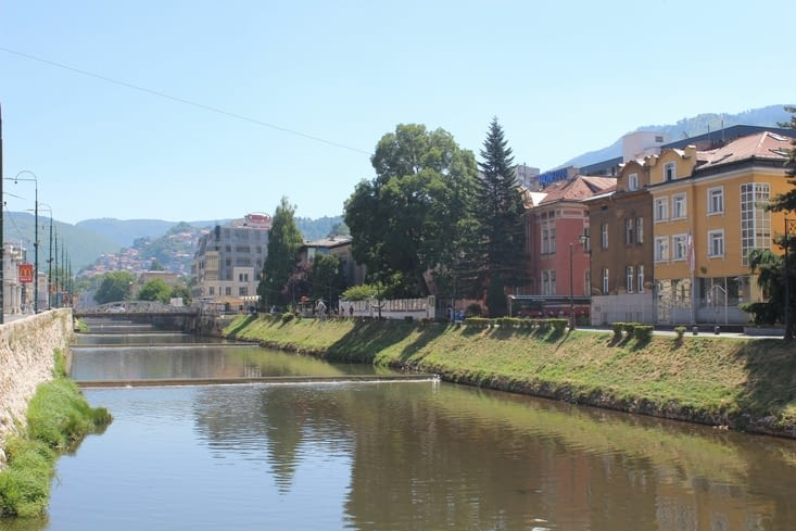 Vue sur les rives de la rivière Miljacka