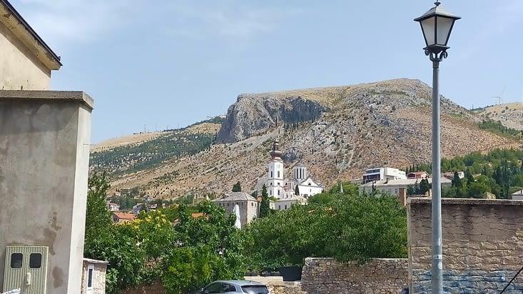 Au loin l'église orthodoxe de la Sainte Trinité