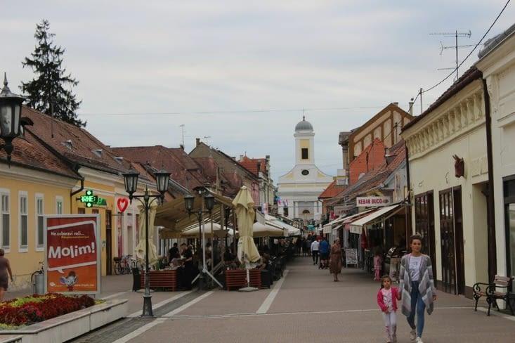 Une rue principale avec restaurants, bars et commerces