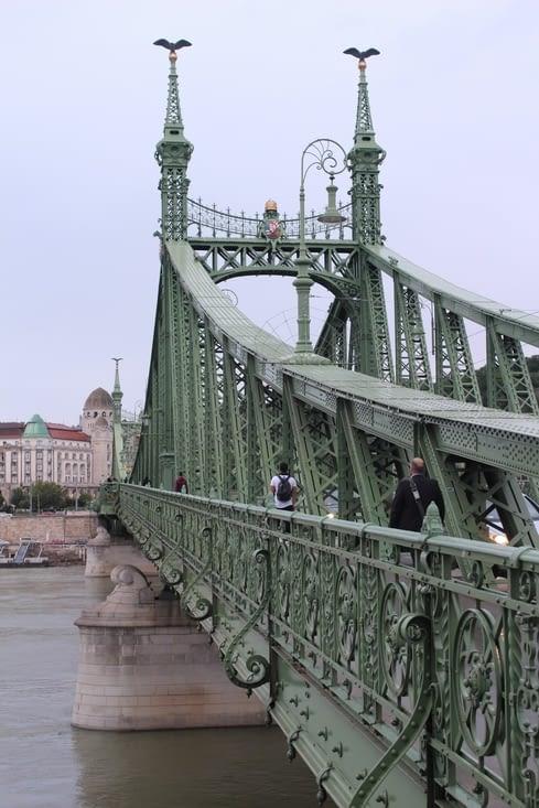 On traverse un pont