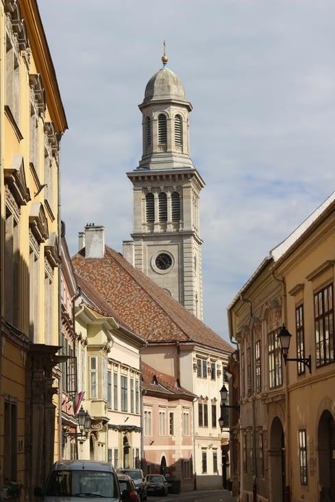 Rue du vieux centre avec la vue sur l'église évangéliste