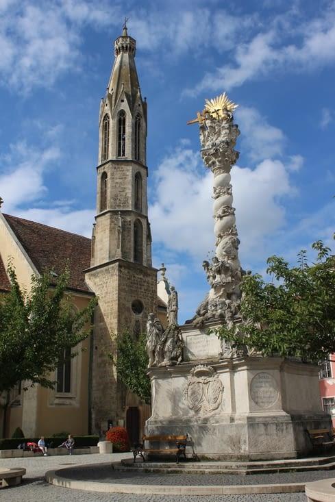 Place principale avec l'église Sainte Marie