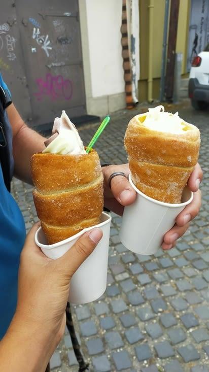 Pour la route, une glace dans une patisserie traditionnelle hongroise, les kürtöskalacs