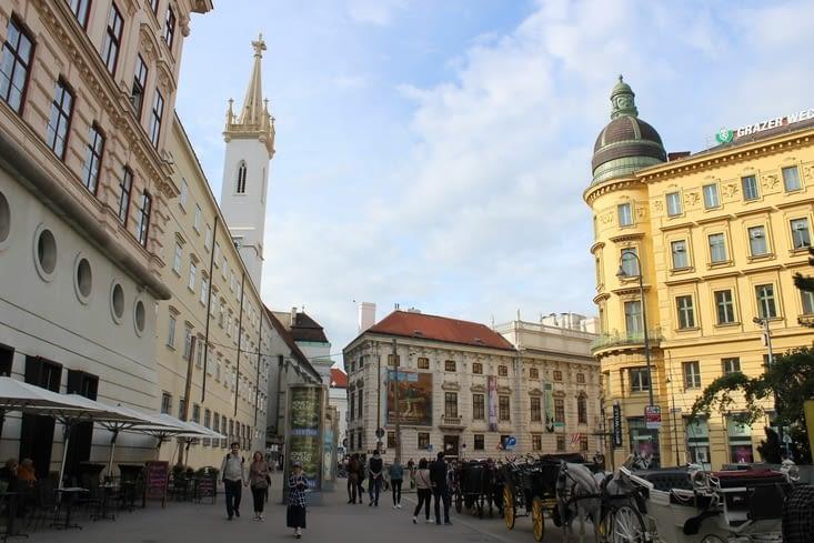 """La place """"Helmut Zilk"""" depuis laquelle on voit l'église des augustins à gauche"""