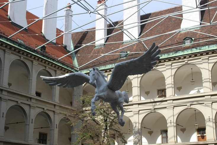 Sculpture de cheval ailé dans la cour de l'école d'équitation espagnole