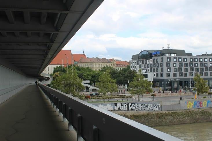 Passerelle piétonne sous le pont voiture