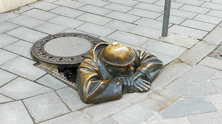 Statue de mineur sortant des égouts