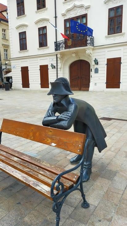 Statue de Napoléon et en fond l'ambassade de France