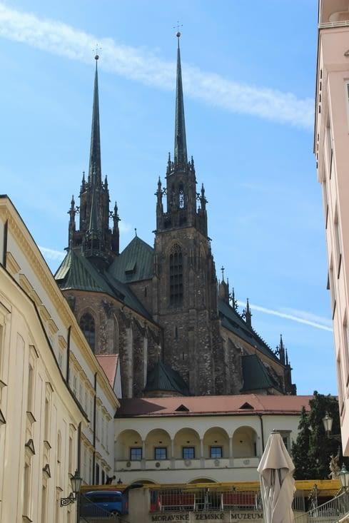 Vue sur la cathédrale depuis une rue de Brno