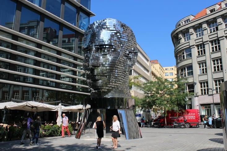 """La statue """"Rotating head"""" de David Cerny, représentant Franz Kafka"""