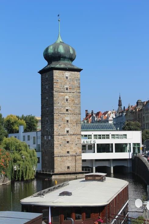 La tour d'eau Sitkov à côté d'une salle d'exposition