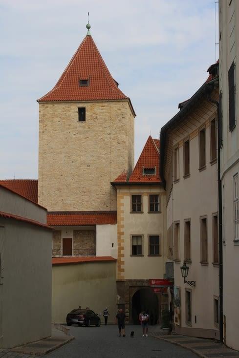 Rue dans l'enceinte du château