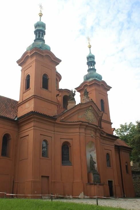 Sur la route pour le château de Prague, l'église Saint Laurent