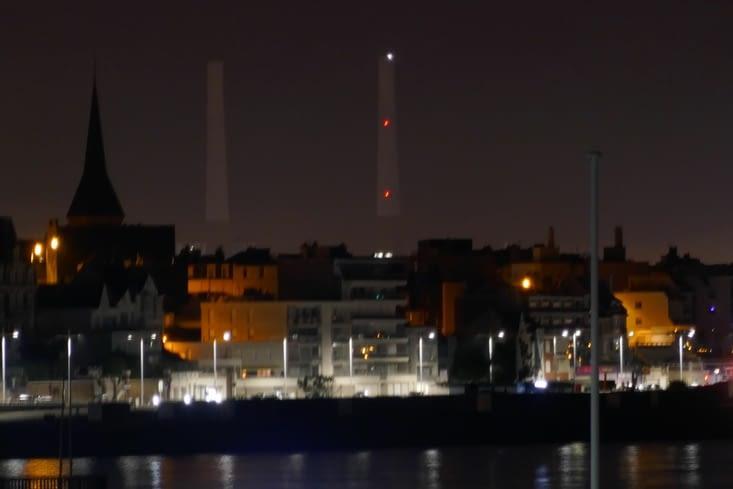 De jour il est invisible... de nuit il s'illumine. .. j'ai nommé. ..le Pont de Normandie