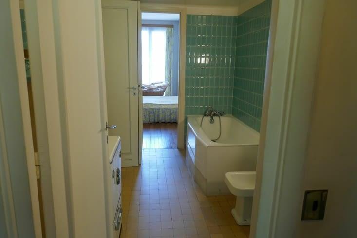 La salle de bain communicante avec le dressing et la chambre parentale