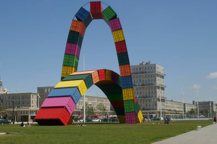 Sculpture : La Catène de conteneurs
