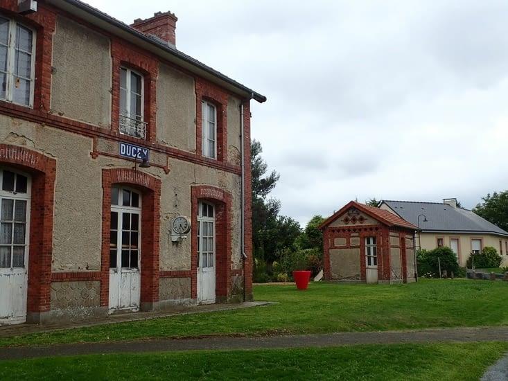 L'ancienne gare de Ducey,  encore dans son jus.