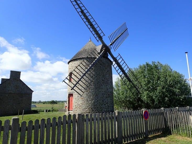 L'un des moulins qui bordent la côte en baie du Mont Saint Michel.