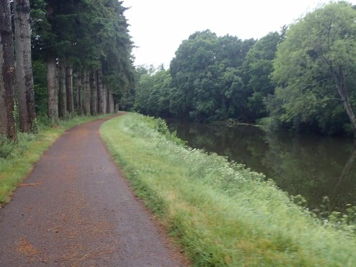 Des arbres magnifiques bordent le canal.