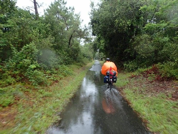 Disons-le,  il a plu, il pleut,  il pleuvra... et nous voici cyclistes capés...