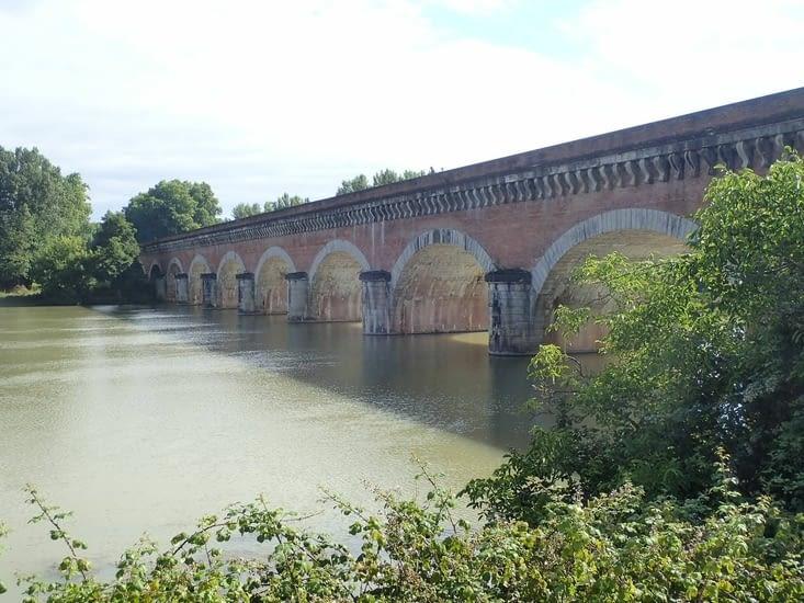 On a raté la photo du Pont Napoléon mais celui-ci lui ressemble.