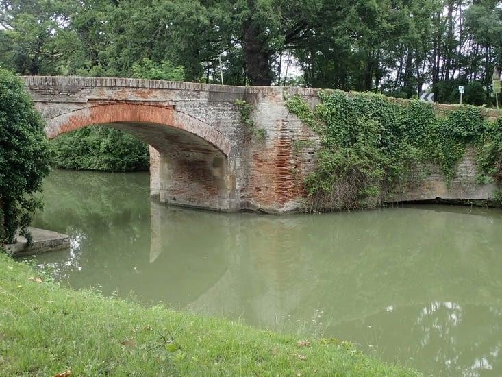 Un des ponts de briques qui enjambent le canal après Toulouse.