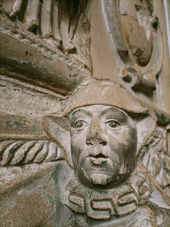 Détail d'une sculpture dans l'église de Marmoutier.