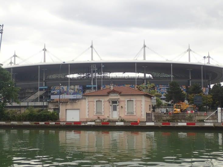 Le stade de France à  Saint-Denis, vu du canal. Étrange contraste.