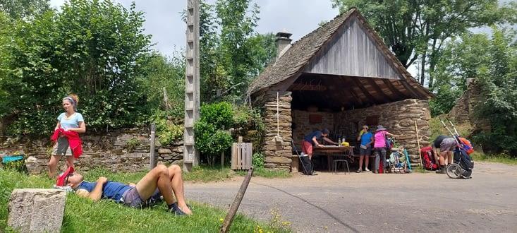 Abri picnic aménagé par les propriétaires avec café/the en self....