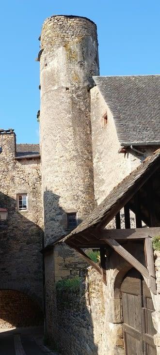 Église de Bessuéjols, avec une chapelle 'haute' au premier étage.  Surprenant et prenant