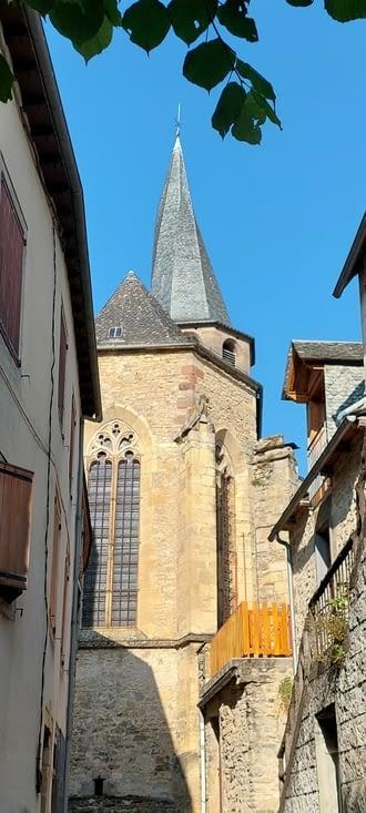 Particularité de l'église: son toit vrillé ou 'flaminé', on n'a pas d'explication pourquoi